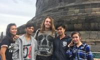 Borobudur._Tutti_in_fila_per_una_foto_web.jpg